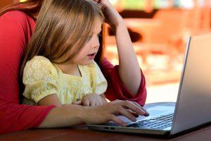 lapsi ja tietokone