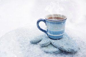 kahvikuppi ja lumihanki