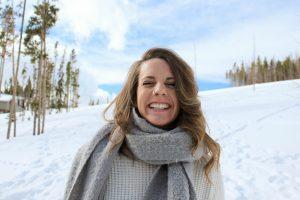 tyttö lumisessa maisemassa